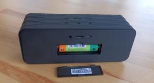 Rückseite mit MicroSD-Kartenslot und Wechselakku